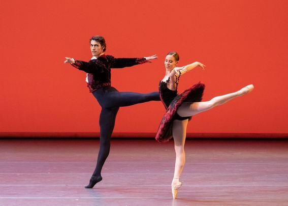 Па де де из балета «Дон Кихот» исполняют Э.Баденес и Д.Камарго
