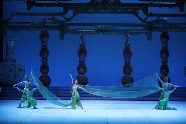 Восточный танец в ходе сказочного бала