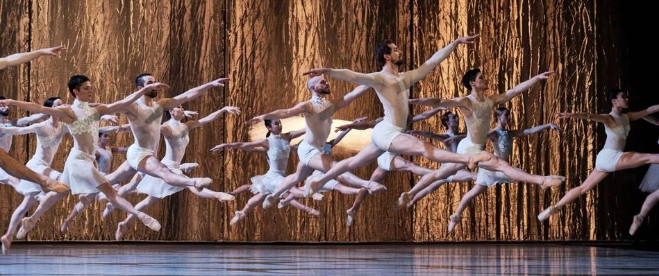 Балетная труппа Национальной оперы Рейна исполняет «Лебединое озеро».