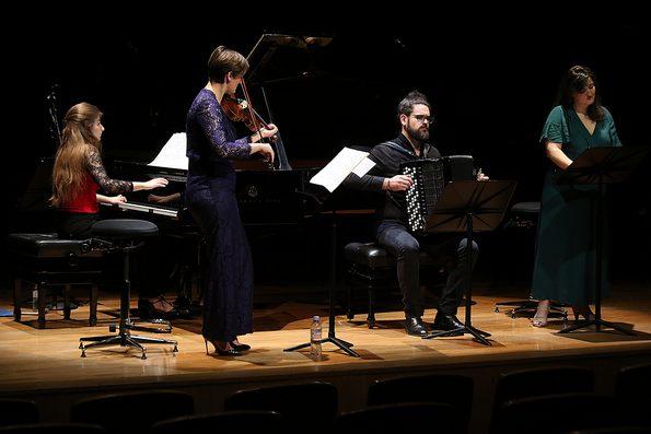 Группа артистов исполняет «Немецкое танго» Маурисио Кагеля