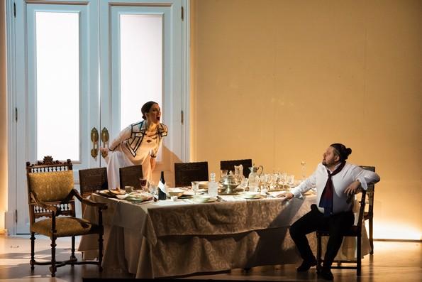 - Настасья (Е.Гусева) и князь (Э.Абдулла) в столовой