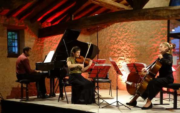 Играют Венсен Бальс, Нина Мийе и Жоэлла Бекер.