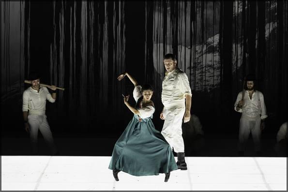 Геслер (Ж.Тейтген) заигрывает с танцовщицей