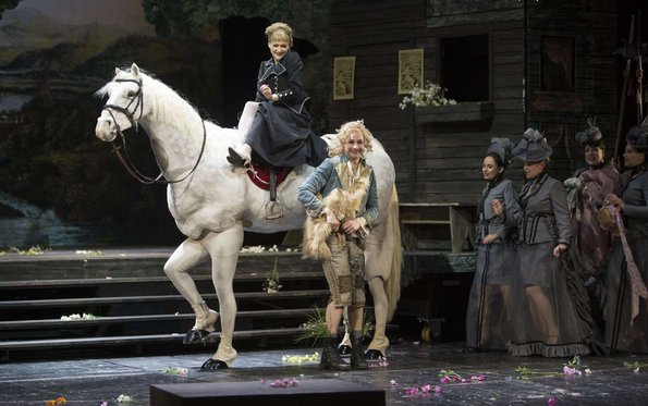На белом коне принцесса Гермия отправляется во дворец вместе с Дафнисом