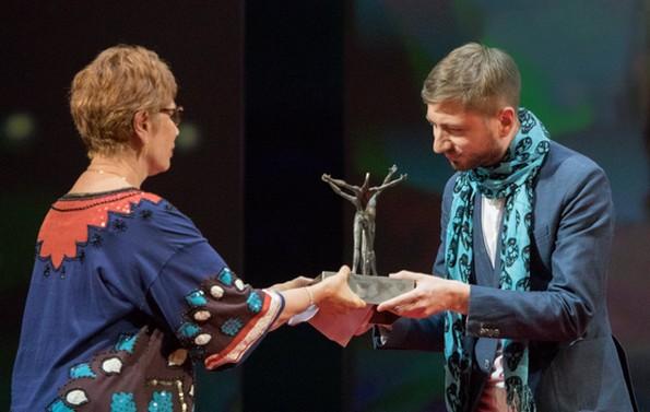Брижитт Лефевр вручает Приз Илье Демуцкому