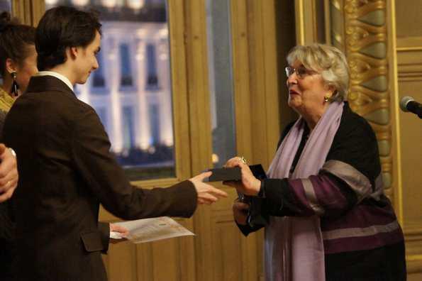 Президент Ассоциации Карпо графиня Арман-Жислен де Мегре вручает Приз танца А.Киршнеру