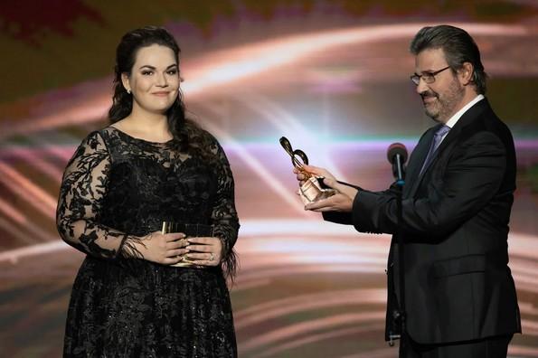 Массимо Кавалетти вручает награду Марии Бараковой.