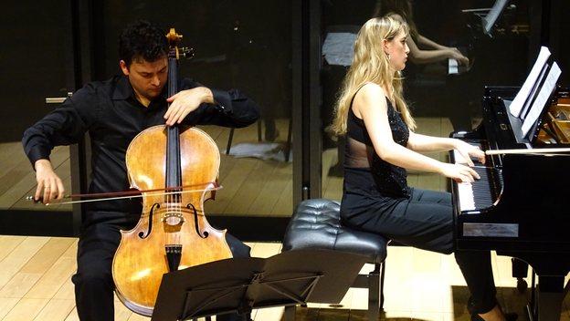 Играют Себастьян Урто и Памела Уртадо