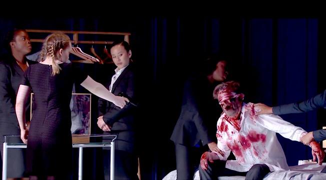 Финал спектакля (слева-направо): Принцесса (О.Баррингтон-Кук) и Мортимер (П.Хоар)