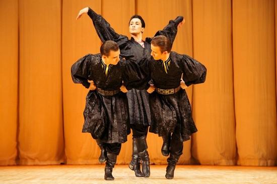 Калмыцкий танец: в центре - Рамил Мехдиев