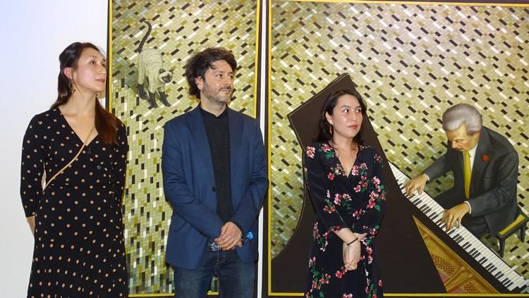 Эдгардо Наварро на вернисаже в Институте культуры Мексики (слева Ингрид  Арриага - комиссар выставки).