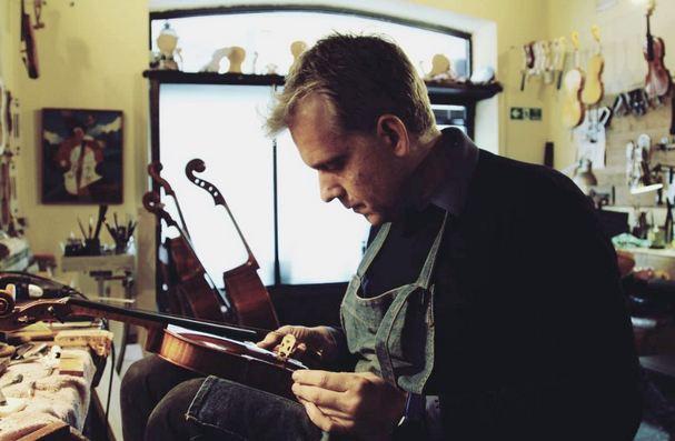 Андрей Шюдтц в своей мастерской в Кремоне